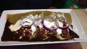 mochilera divertida rai Enchilada verde con Mole